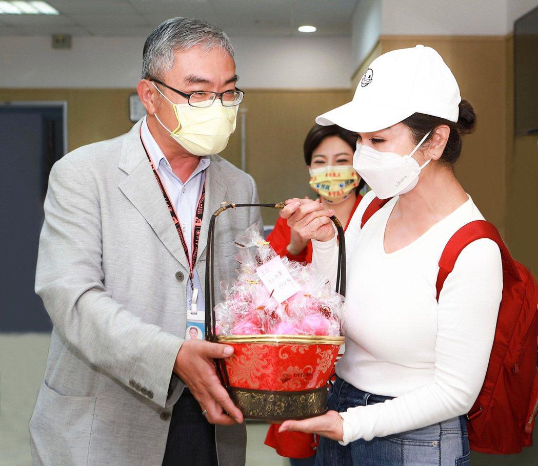 陳美鳳生日收到民視副總許念台(左)送的紅蛋。圖/民視提供