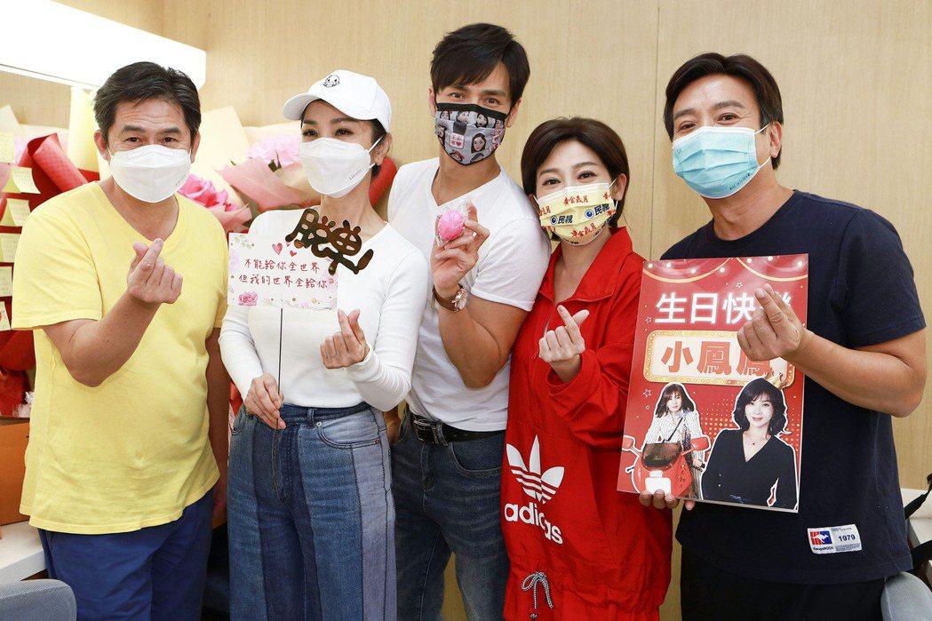 「黃金歲月」演員進棚為陳美鳳(左二)慶生。圖/民視提供