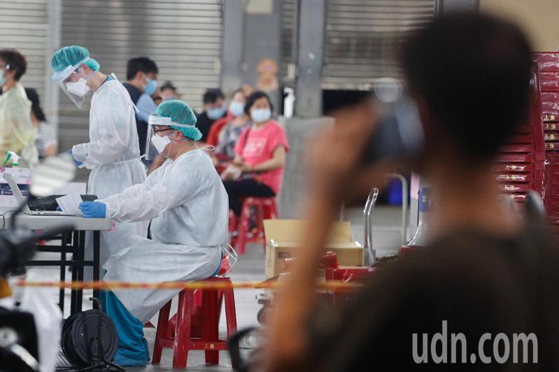 台中市十甲旺市場因為出現確診者足跡,緊急停業三天,並成立快篩站。記者黃仲裕/攝影