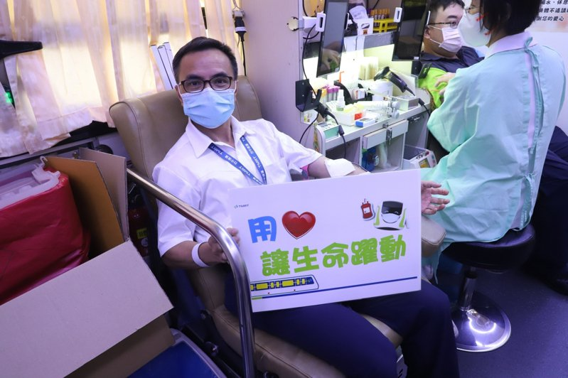 中捷公司副總經理葉進財今天捐了250CC,他表示,想到可以助人就熱血奔騰。圖/中捷提供