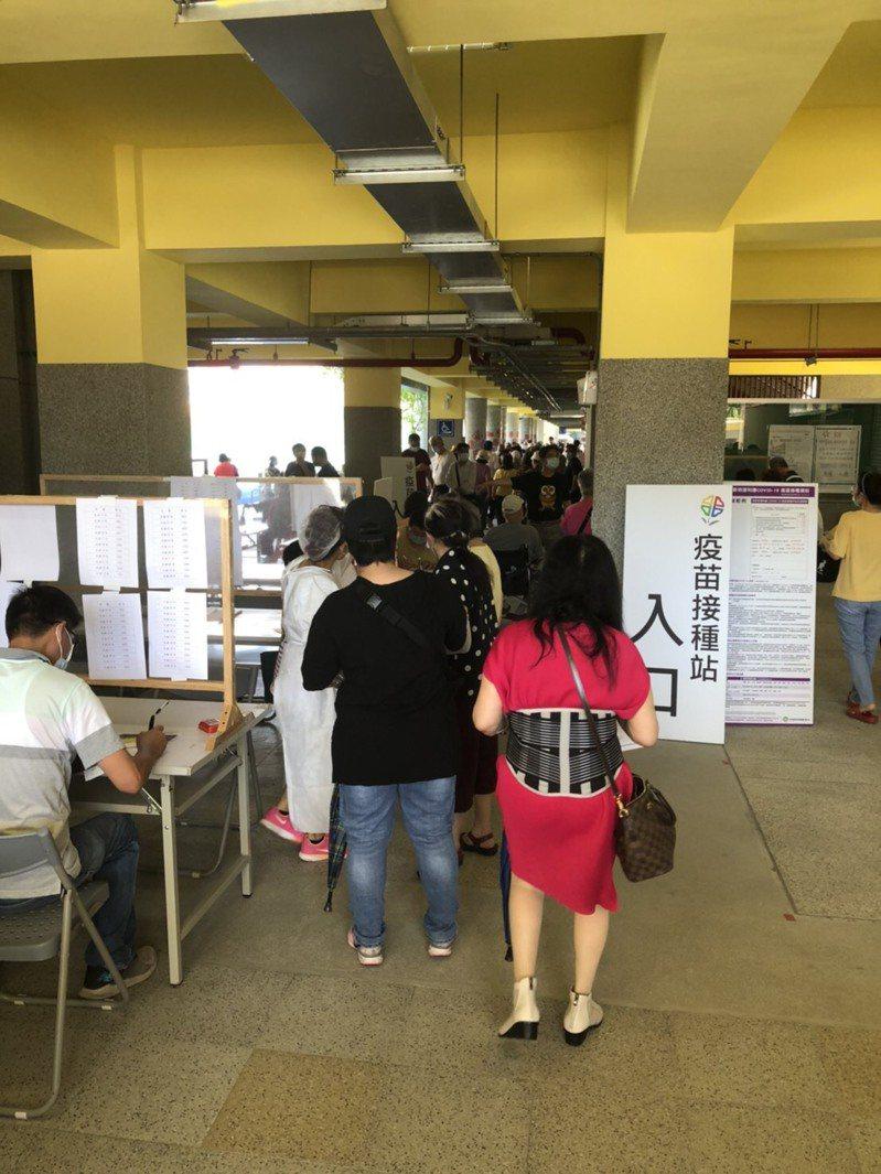 新北今早開放施打莫德納疫苗,新北市議員李坤城則指出,人群擠成一團,形成另外一種群聚。圖/李坤城則提供