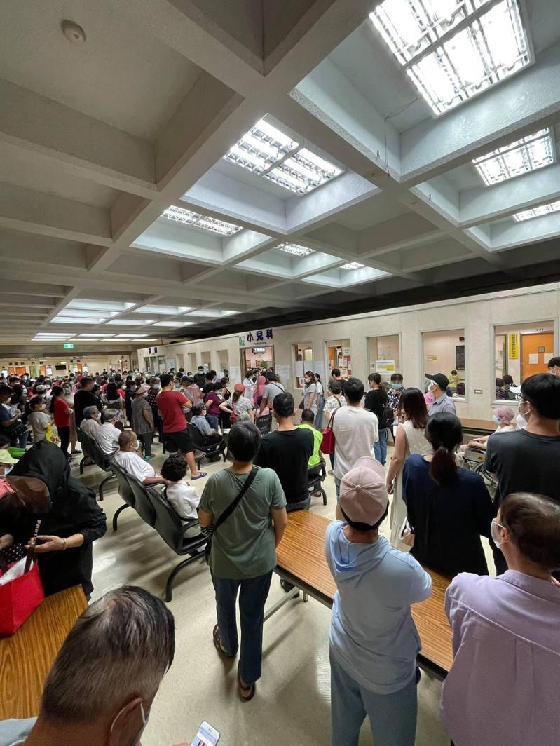 羅東聖母醫院一早擠滿孕婦和長者,現場秩序一度混亂。圖/翻攝自臉書「宜蘭知識+」