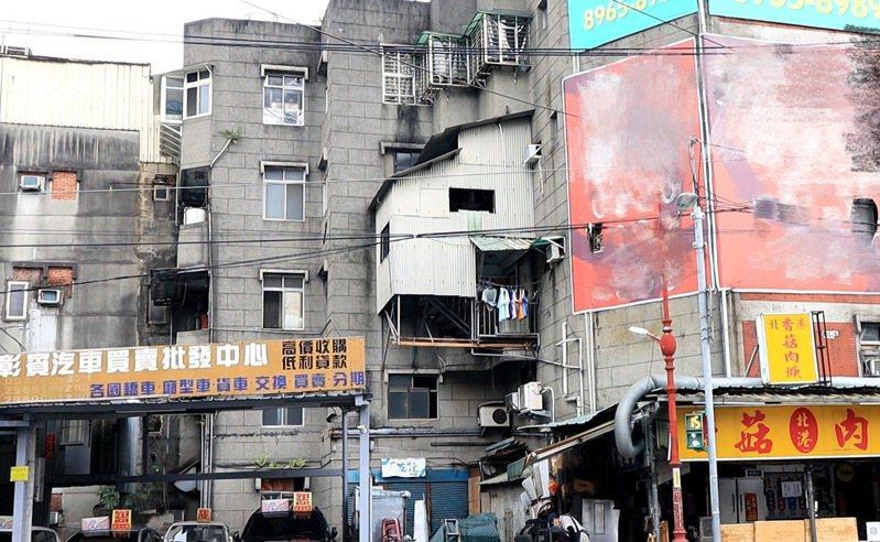 板橋南雅東路一棟4層樓公寓,2、3樓住戶在建築物後側搭建懸空樓梯通行,有如「霍爾的移動城堡」翻版,違建搖搖欲墜嚴重影響公安。圖/新北市工務局提供