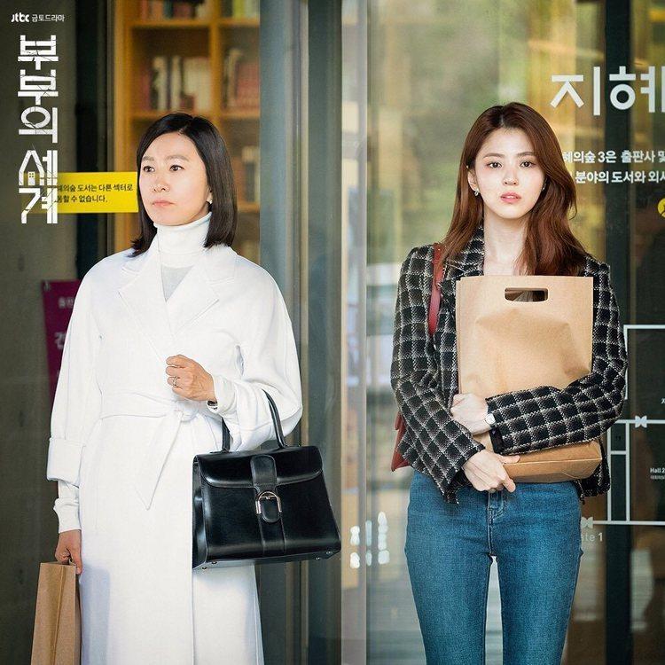 金喜愛(左)在韓劇《夫婦的世界》身穿Max Mara大衣,手拎Brillant黑...
