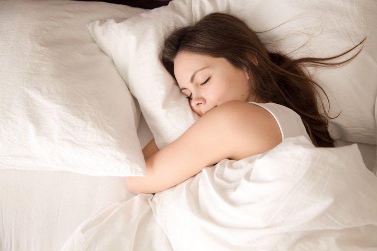 長時間趴睡或側睡,讓臉直接接觸枕頭,容易擠壓出皺紋。圖/123RF