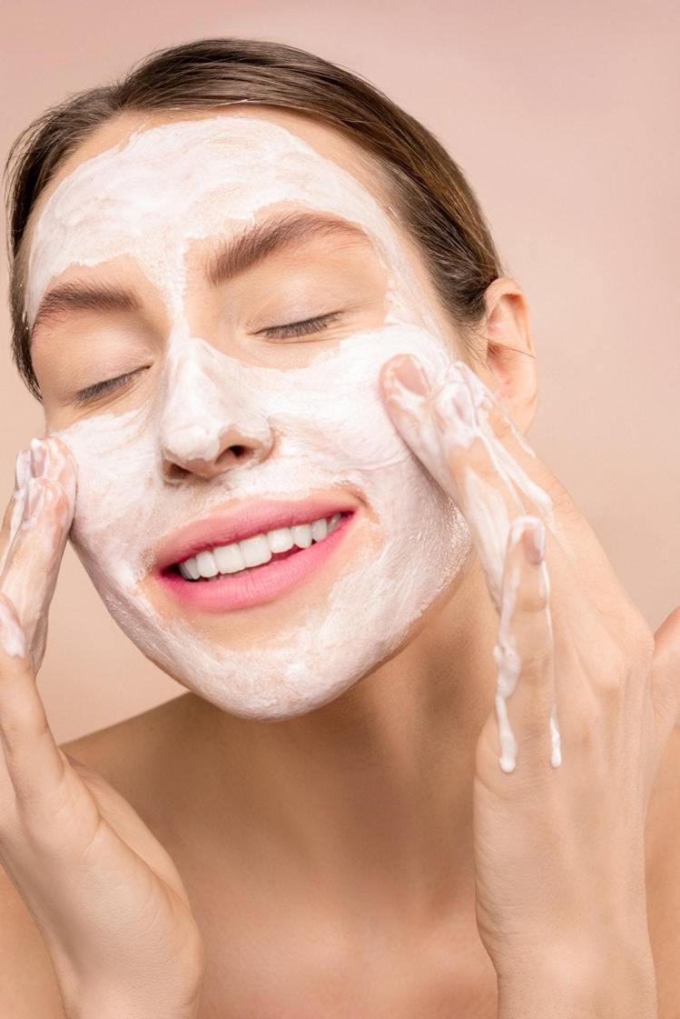 洗臉清潔要有度,過度的清潔可能導致肌膚傷害。圖/摘自pexels