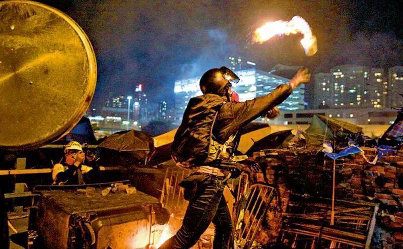香港藝術發展局決定不再向紀錄片理大圍城發行商影意志發放未來一年資助。圖/取自環球網