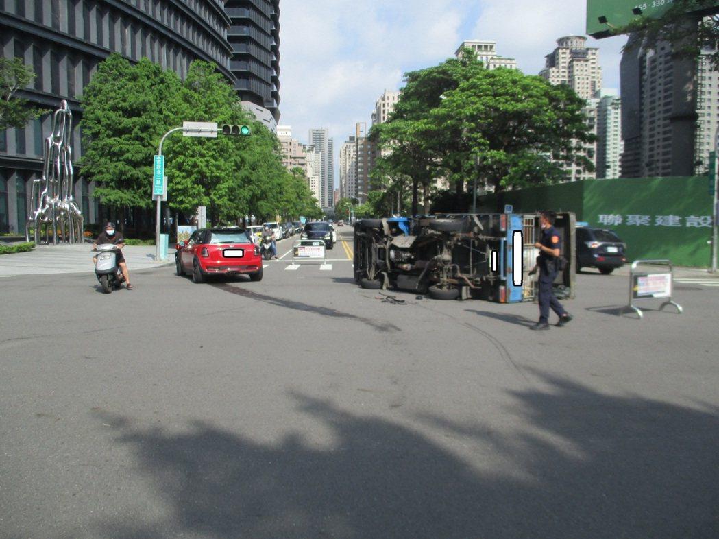 盧女駕駛紅色百萬MINI房車疑闖紅燈,綠燈直行小貨車遭撞90度翻覆。圖/讀者提供