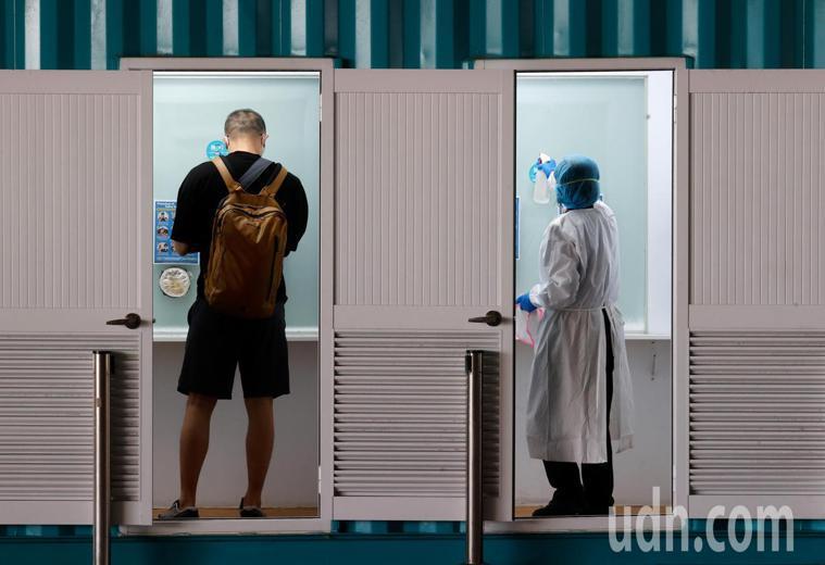 為防堵Delta變異株入侵台灣,所有中午以後入境旅客都必須在機場進行PCR篩檢,...