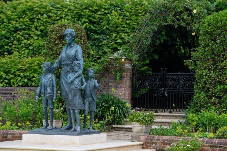 黛妃的雕像設置在宮內的「窪地公園」,肯辛頓宮表示,當黛安娜王妃還住在這裡時,這座...