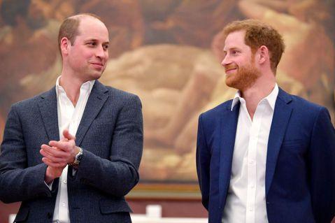 黛安娜王妃生前受到全球民眾愛載,近日英國王室為她舉辦60歲冥誕系列活動,1日則有紀念雕像揭幕儀式,2位王子威廉、哈利暫時放下過往恩怨再度合體,更在媒體前有說有笑,暫時放下彼此不合的歧見。根據「BBC...