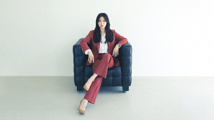 宋慧喬為韓國女裝品牌MICHAA拍攝2021早秋系列形象照,她身上的鐵鏽色羊毛西...