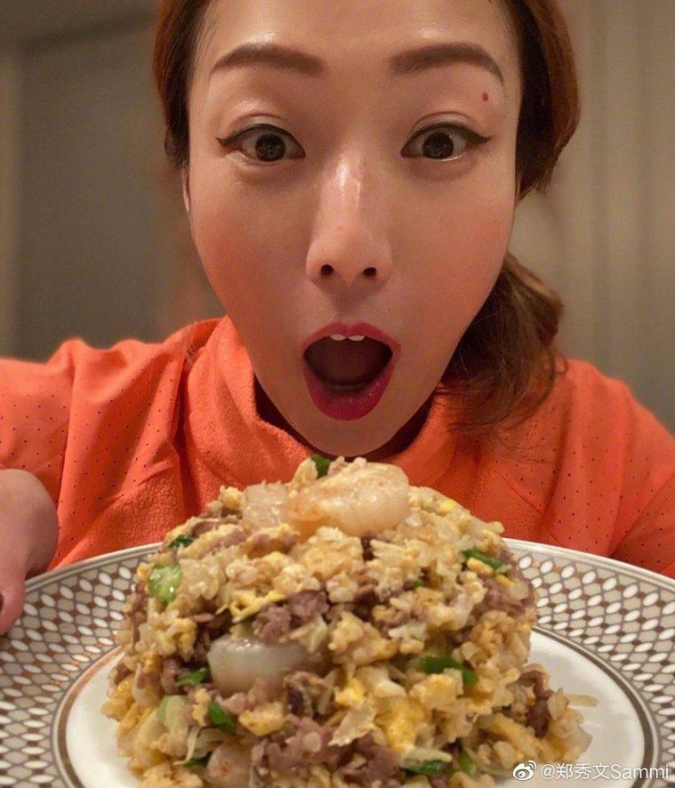 鄭秀文把花椰菜切碎,製作成炒飯。圖/摘自微博