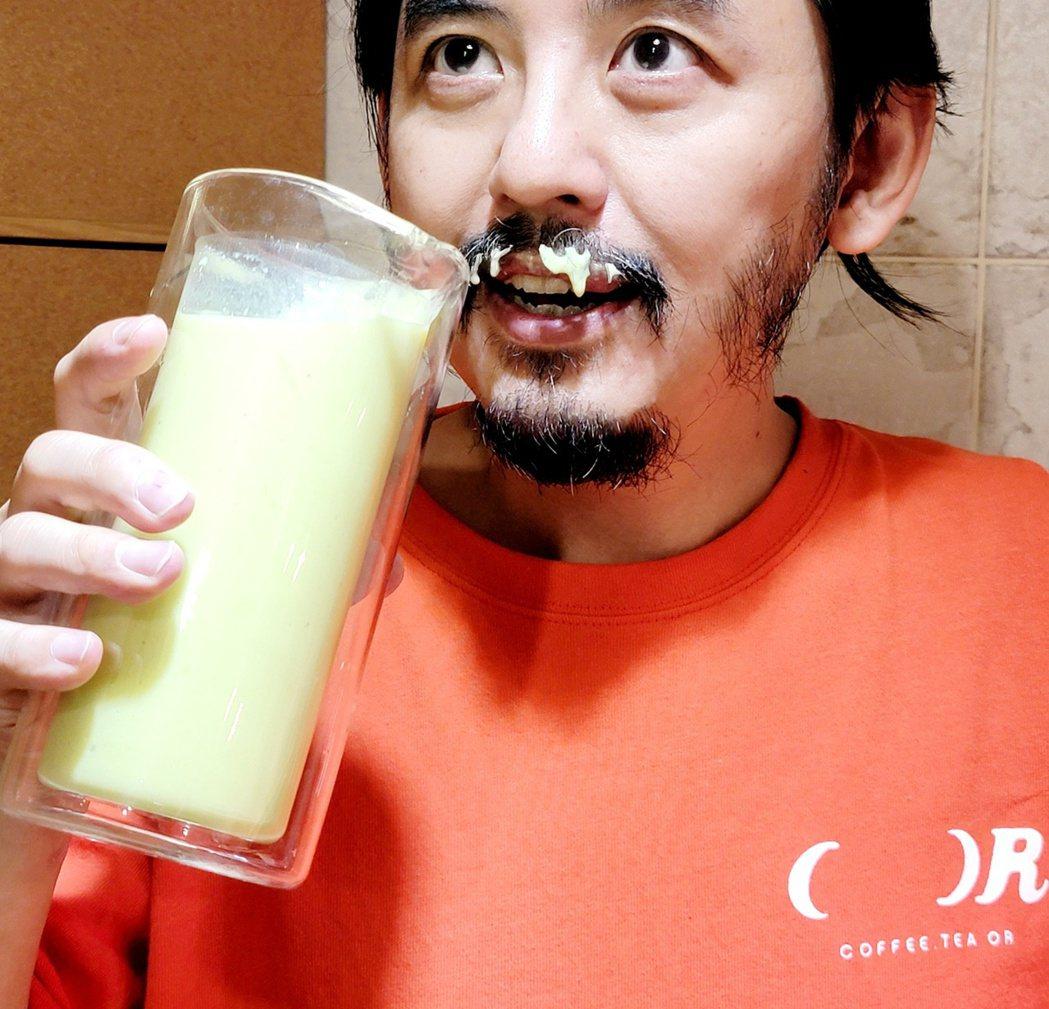 黃子佼提到留鬍子的缺點就是會殘留食物和氣味。圖/摘自臉書