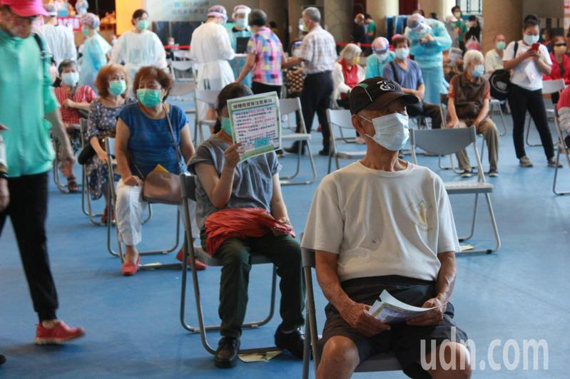 高雄楠梓社區型接種站今天預定總接種人數為1972人,明天預計接種人數為2066人,較今天多出94人。記者陳弘逸/攝影