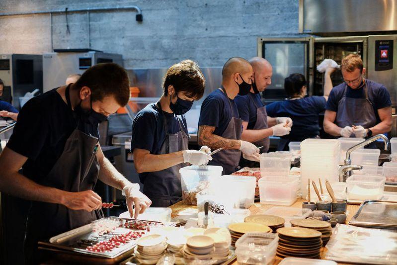 Noma員工今年5月31日聚集在廚房處理食材,準備重新開幕。 法新社