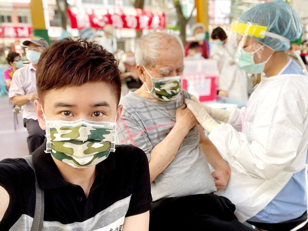 吳俊宏(左)陪78歲高齡父親接種莫德納疫苗。圖/豪記唱片提供