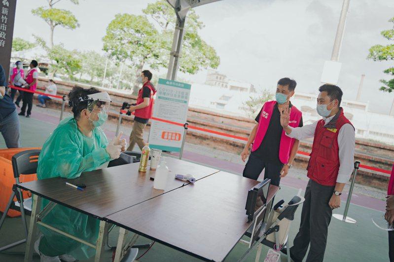 市長林智堅今天下午再到施打站了解接種情形。圖/新竹市政府提供