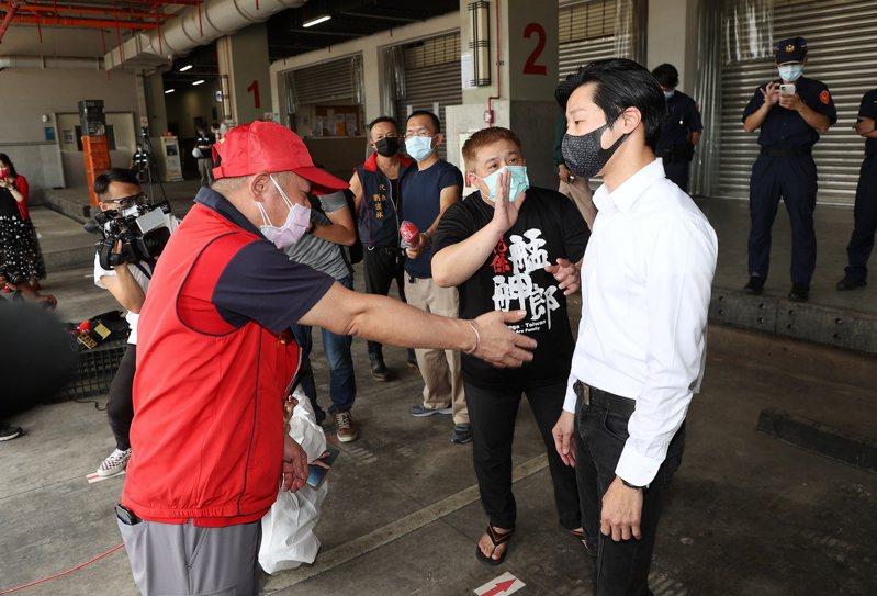 立法委員林昶佐(右)對台北市長柯文哲開砲,卻被環南市場自治會會長(左)反嗆。記者余承翰/攝影