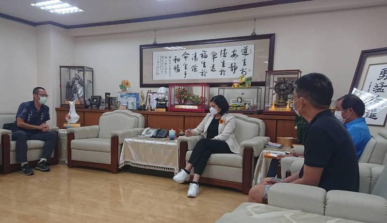 雲林縣長張麗善(左二)與多名夜市代表商討夜市如何解封。記者蔡維斌/翻攝