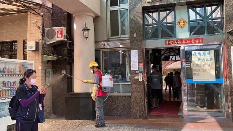 台中市環保局在北區美麗殿社區清消。圖/台中市環保局提供