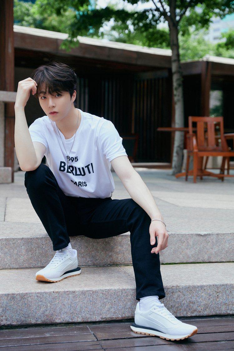 陳立農詮釋BERLUTI Logo印花白色T恤19,600元、配戴Zenith ...