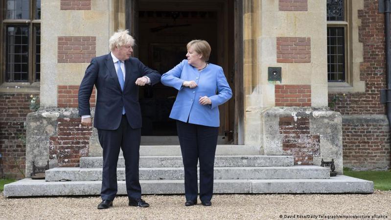 一名記者向梅克爾提問,她如何評價與強生的合作,梅克爾答道「我曾與多位英國首相合作,他們個性各不相同」,並稱雙邊合作發展良好。圖/德國之聲中文網