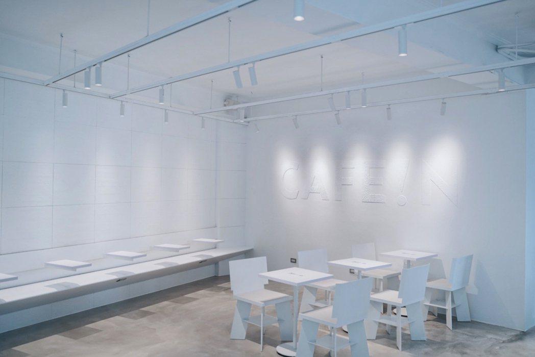 層層塗抹立體白色LOGO於白牆上,展現低調俐落的品牌識別。 圖/沈佩臻攝影