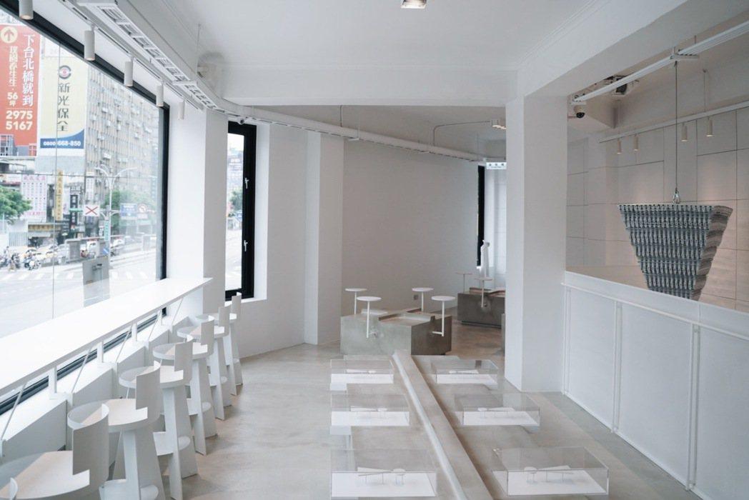CAFE!N二樓座位區就有5種不同彈性選擇,例如金屬傢俱選用薄板製作,輔以簡易折...
