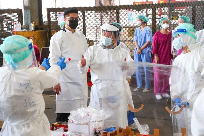 台北第一果菜市場今天一早進行2000人的篩檢作業,中央疫情指揮中心指揮官陳時中(中)到現場豎起拇指為醫護加油打氣。記者季相儒/攝影