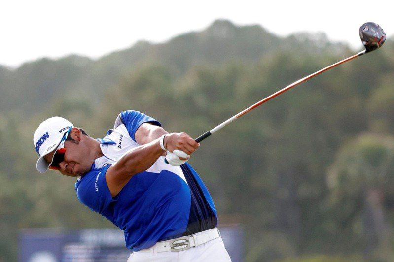 日本高球名將松山英樹,在本周參加火箭信貸菁英賽打完首輪賽事後,因為新冠肺炎檢測呈現陽性反應被迫退賽。 路透社