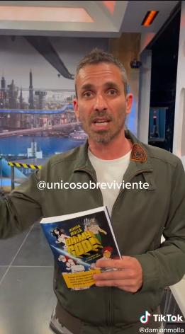 西班牙電視主持人對2027時空旅人發起挑戰,將新書放置在攝影棚內,要求他來拿。圖擷自TikTok