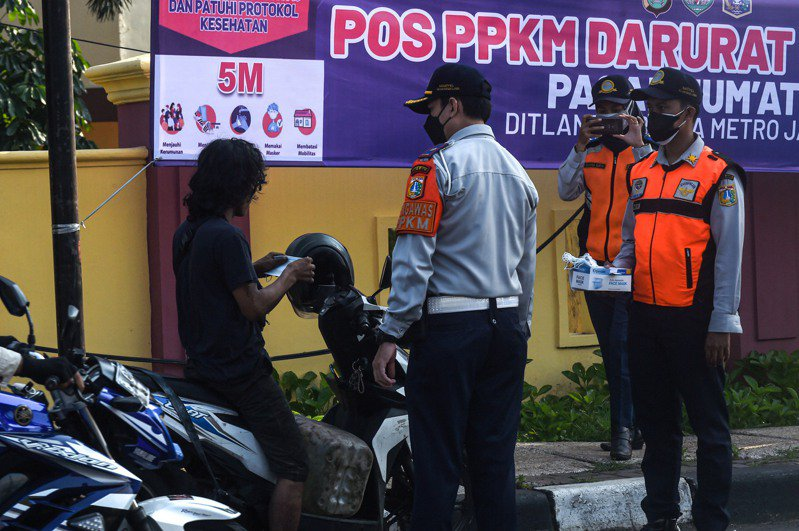 有專家說,印尼因篩檢不足,疫情嚴重低估,恐到7月底或8月中才到高峰,若無法有效控制,屆時單日確診可能近50萬,政府應封城,強力介入家庭社區找出感染源以切斷傳播鏈。 新華社
