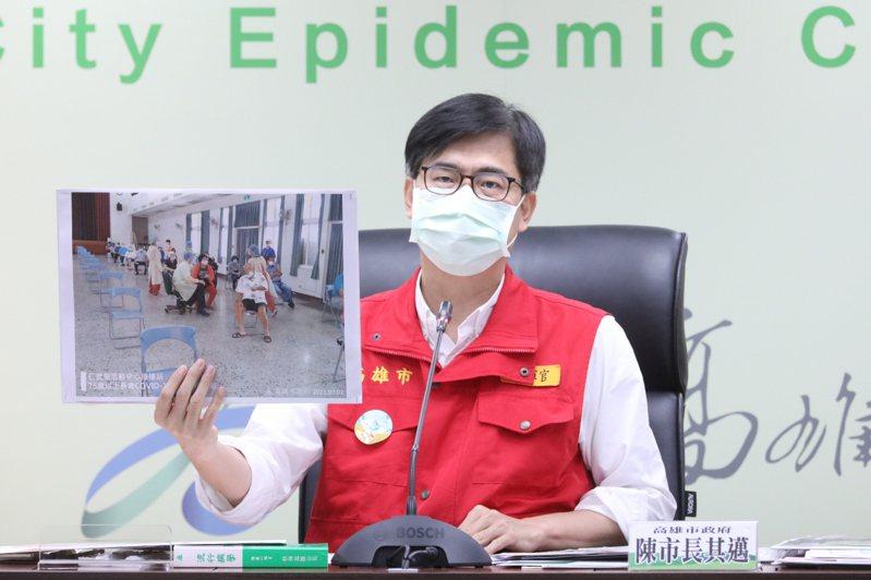 高雄市長陳其邁呼籲衛福部開放讓專責病房醫護同住家屬施打疫苗。 圖/高市府提供