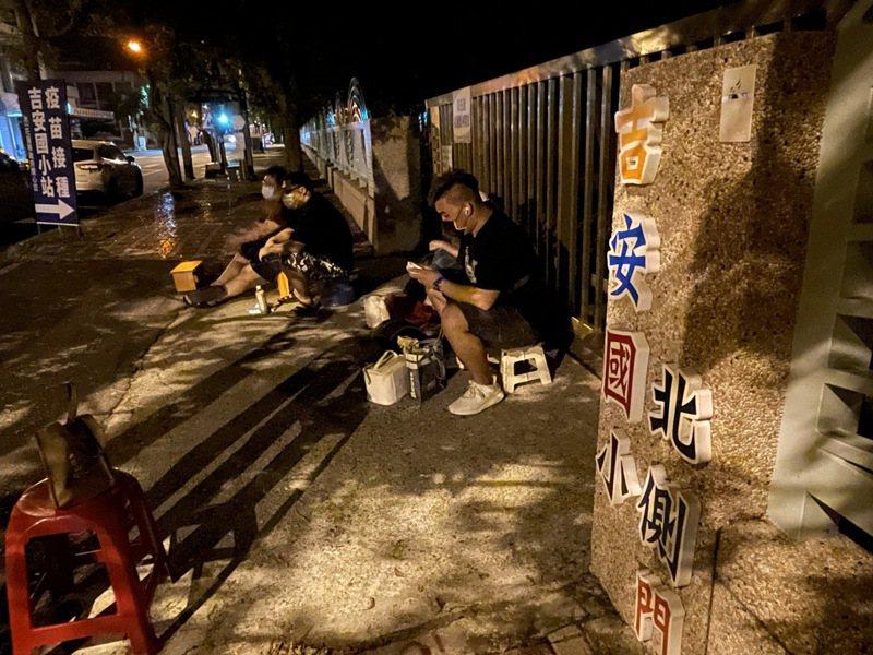 花蓮今起開放殘劑預約,吉安國小接種站外,昨晚6時起就有民眾徹夜排隊。記者王燕華/攝影