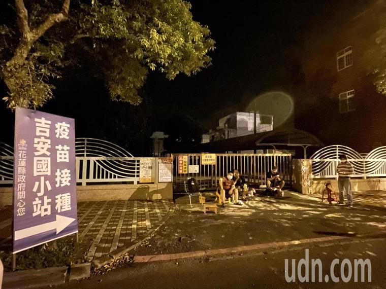 花蓮民眾為搶打莫德納殘劑,昨天漏夜在接種站前排隊。記者王燕華/攝影