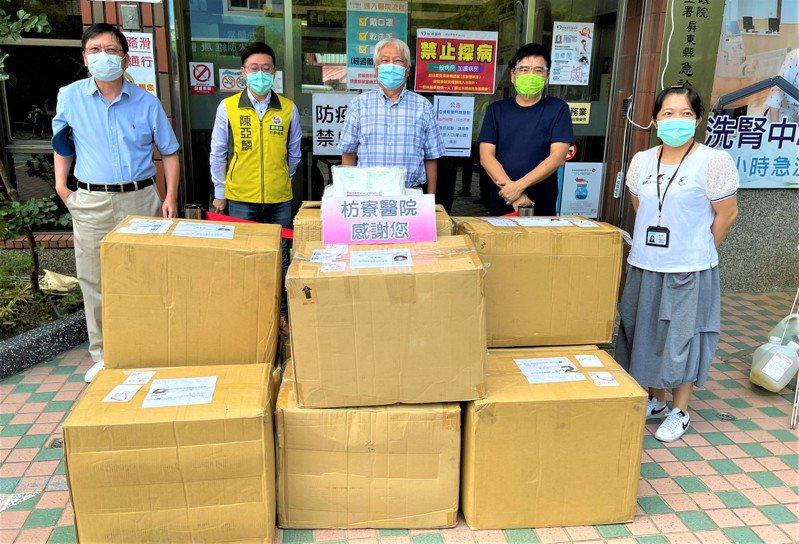 立委莊瑞雄昨與枋寮鄉長陳亞麟將400件防護衣送到枋寮醫院,院長蘇宜輝(中)感恩稱是「及時雨」。圖/莊瑞雄提供