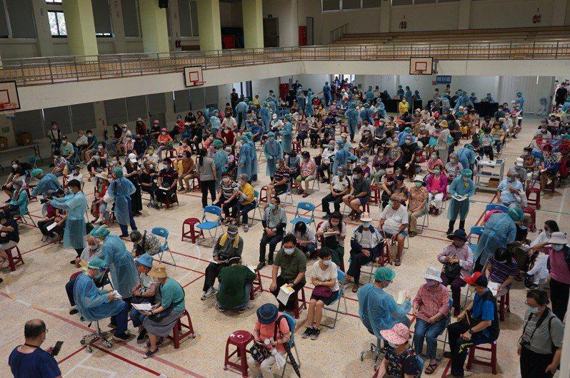 花蓮莫德納疫苗今天起一連3天施打,上午花蓮市中華國小接種站湧入大批民眾,接種率相當高。記者王燕華/攝影