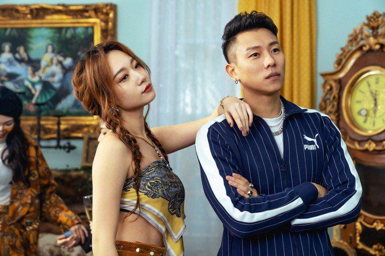 瘦子E.SO(右)首度跨刀吳卓源Julia新MV拍攝。圖/華風數位提供