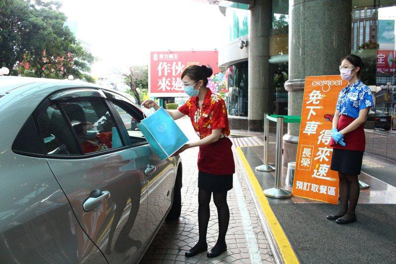台中長榮桂冠酒店設有得來速免下車取餐服務。圖/台中長榮桂冠酒店提供