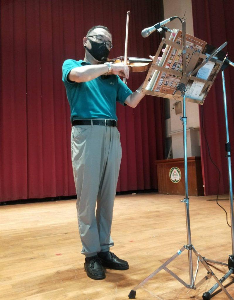 小提琴家陳在棟到楊明國中為打疫苗的長者和醫護人員、志工演奏。圖/徐耀青里長提供