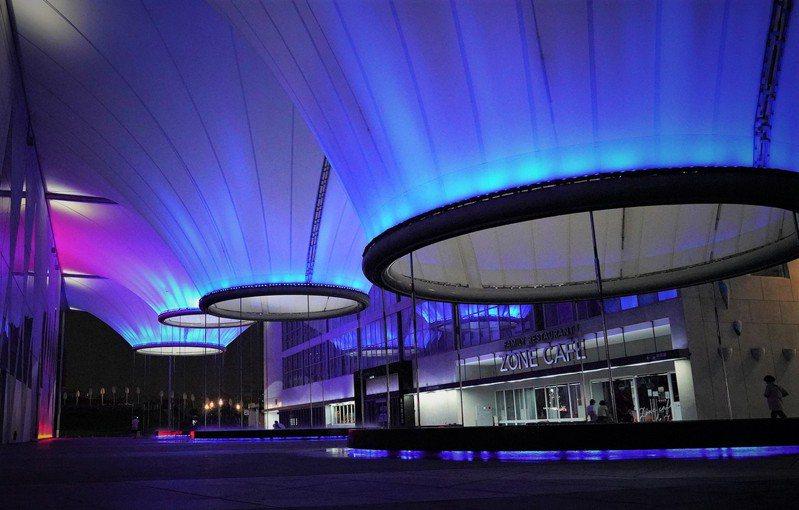 締盟紀念日6月30日在高雄大東文化藝術中心點亮釜山代表色藍色。圖/高雄市政府行國處提供
