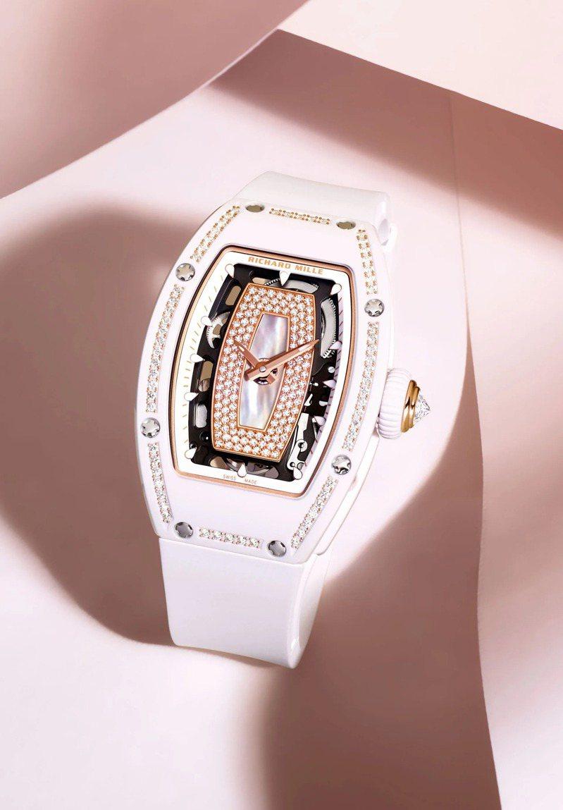 使用CRMA2機芯的RM 07-01女士腕表,酒桶型的感性風貌,與RM 007在尺寸、設計風格都最為相近。圖 / RICHARD MILLE提供。