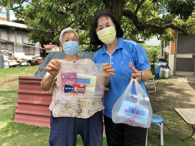 台南佳里區禮化社區發展協會理事長李黃麗敏(右)提供長者防疫健康包(普C罩平安 ),鼓勵社區老人家施打疫苗。記者吳淑玲/翻攝