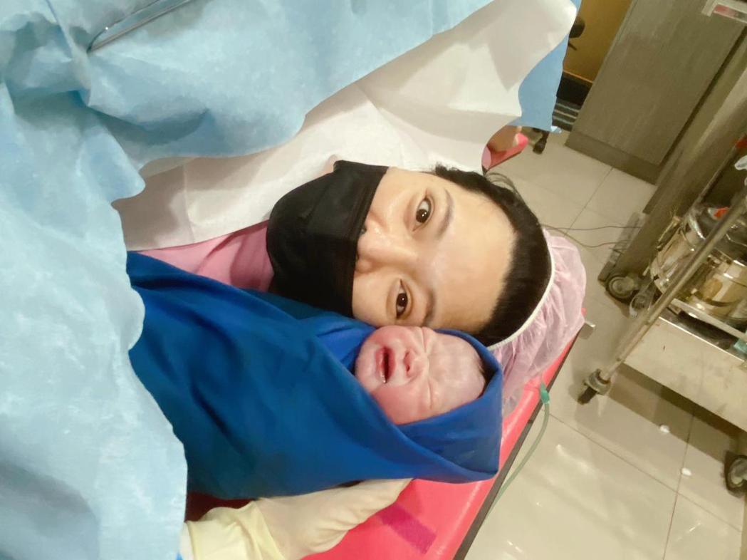 小甜甜在產房內的照片由護理師協助拍攝。圖/泰坦星文創提供