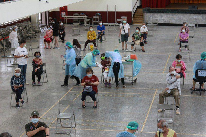 高雄岡山接種站今天列冊施打總人數為1073人,上午原定施打657人但實際施打人數為461,施打率近七成。記者陳弘逸/攝影