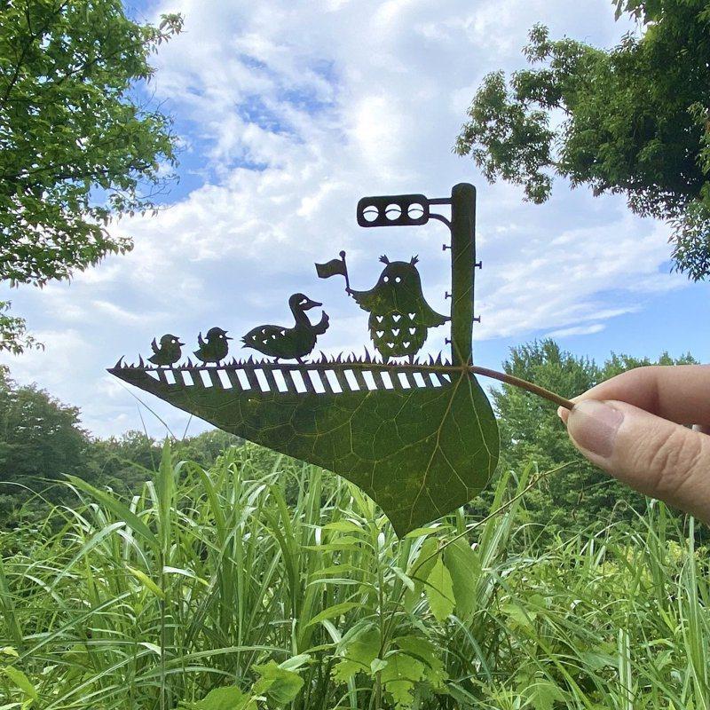 LITO的樹葉作品「過馬路要有精神地把手舉高高」。圖/取自LITO推特
