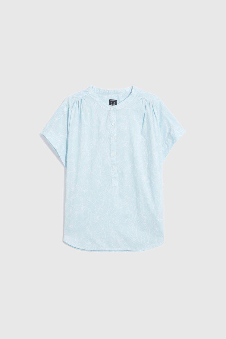 Gap輕薄半開襟蝙蝠袖襯衫1,299元。圖/Gap提供