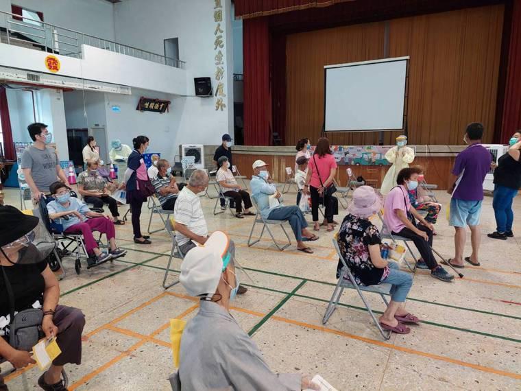 台南市山上區公所和山上衛生所在山上國小開設莫德納疫苗接種站,85歲老婦昨天下午3...