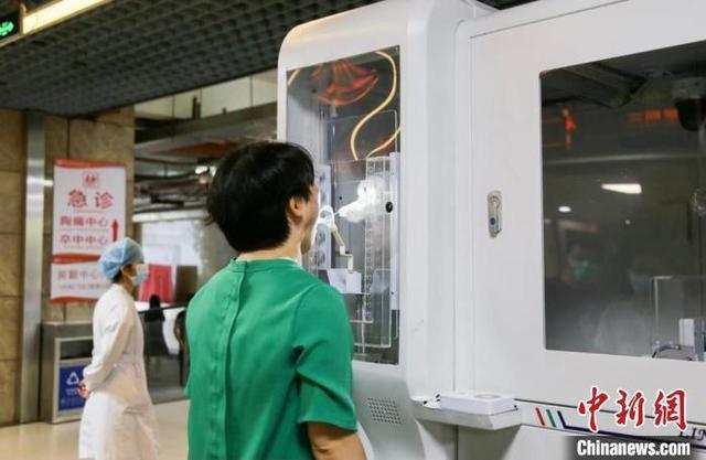由中國工程院院士鍾南山團隊與中國科學院瀋陽自動化研究所聯合發起研發的智能咽拭子機器人,可滿足核酸規模化採集需要。圖/取自中新網